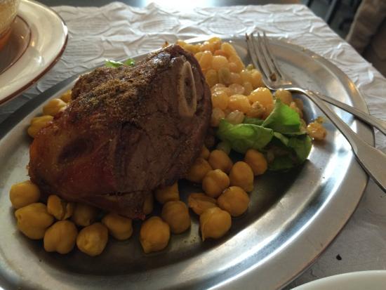 Le Riad : Méchoui (épaule d'agneau grillée) du couscous Riad: trop bon...