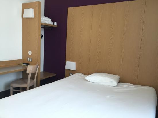 La Courneuve, Prancis: A clean and simple room.