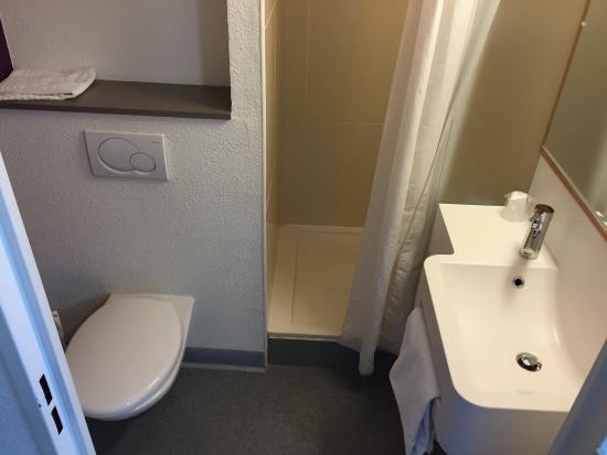 La Courneuve, ฝรั่งเศส: The only funny thing is that the shower is only a small cubicle with a shower curtain.