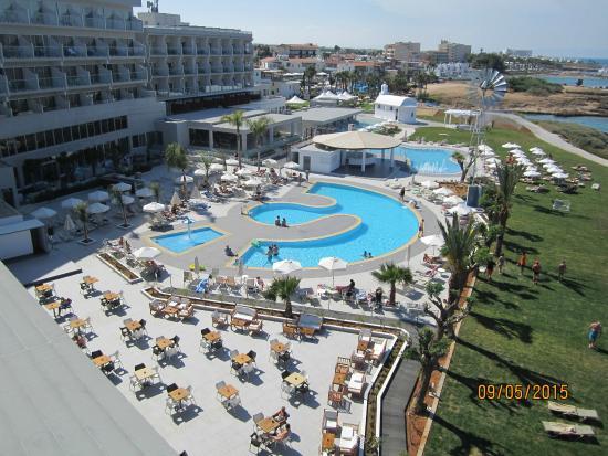 Pernera Beach Hotel: Swimming pool view