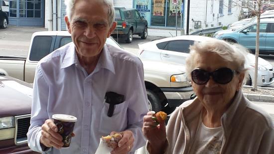 Cobourg, Kanada: Happy Donut Man customers