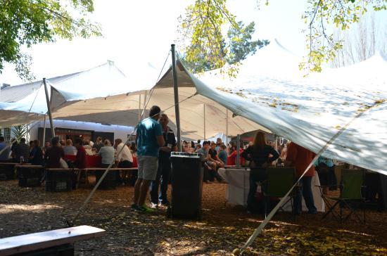 Blaauwklippen: Carpa con puestos de comida, venta de productos artesanos y música en directo