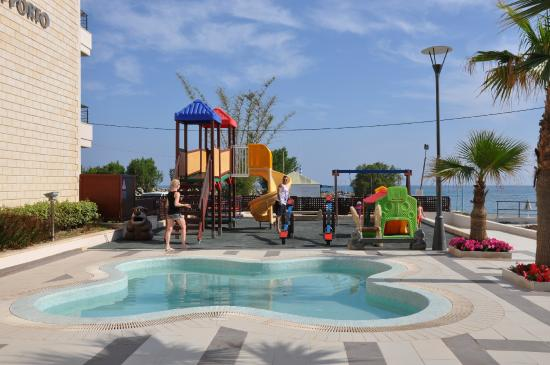 Porto Platanias Beach Resort & Spa: Kid's pool and playground