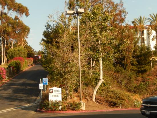 Holiday Inn Express San Clemente North: Route to hotel entrance