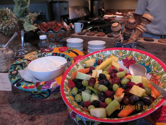 Poston House Inn: breakfast fruits in colorful bowls