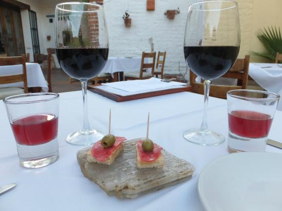 Sitges Restaurante: Salami and Sangria complement of the house. We bought the wine.