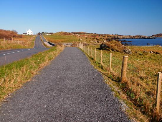 Laphroaig, UK: Path from Town the Inn and Distilleries