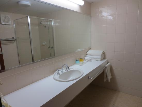 Comfort Inn Admiral: Large and very clean bathroom.