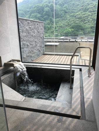 Hongzhu Shan Hotel : Filling the sunken tub with hot mineral water