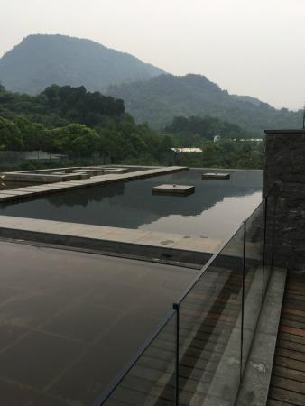 Hongzhu Shan Hotel : View from our back patio onto ponds and mountain side