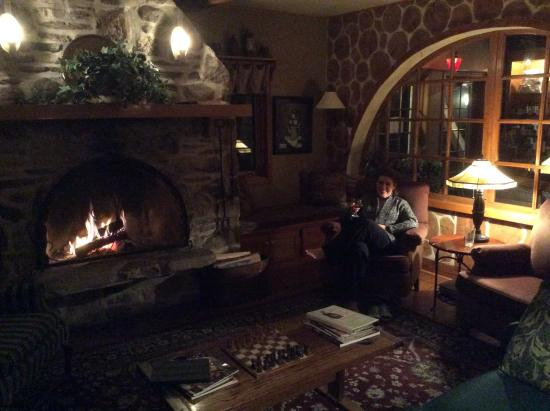 Settlement Courtyard Inn & Lavender Spa: Crackling fire in the lobby
