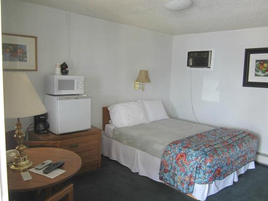 Big Horn Motel: A single queen Room