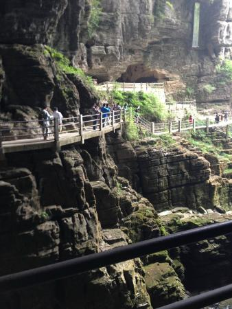 Lichuan, จีน: walkway to cave entrance