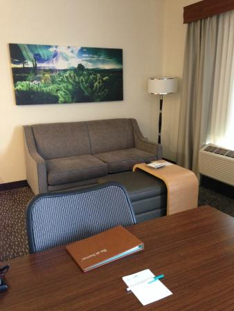 Homewood Suites by Hilton Phoenix North - Happy Valley: Living area, which we found roomy and well appointed.