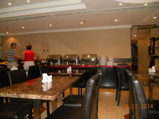Smana Hotel Al Riqa: ресторан отеля