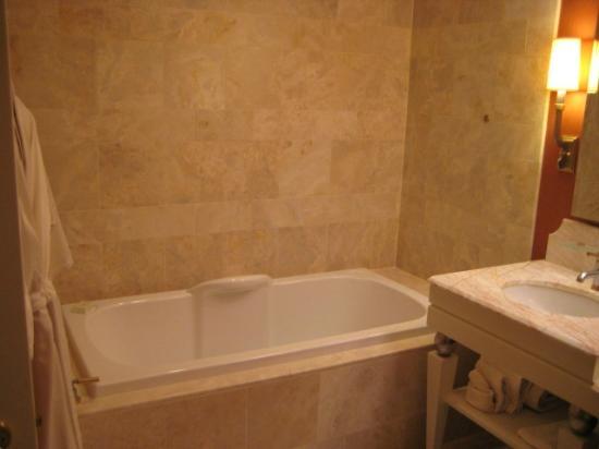 Wynn Macau: 浴槽も深く快適なバスタブ