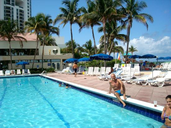 Golden Strand Ocean Villa Resort: Vista de la pileta hacia la playa