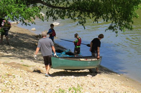 BentRiver Outfitter : Preparing the kayaks and canoes for the 9-mile trip