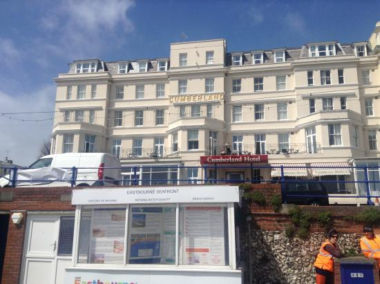 Cumberland Hotel Eastbourne: Hotel from the Prom