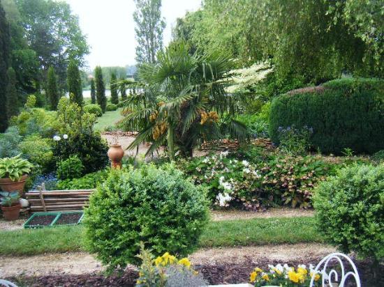 Saone-et-Loire, Francia: Le jardin avec l'étang, à l'arrière de la propriété