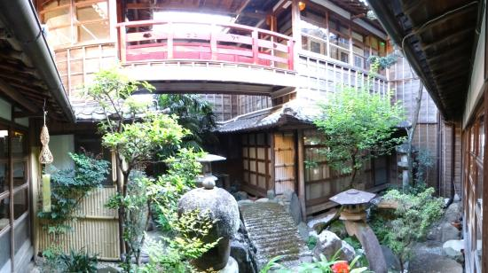 Hoshidekan : Nice interior garden and red bridge