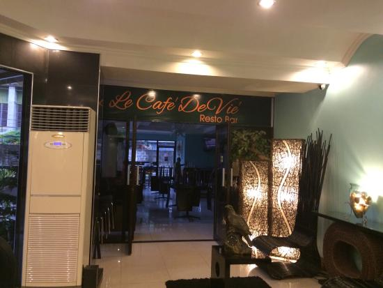 Holiday Plaza Hotel : Coffee shop on the ground flr