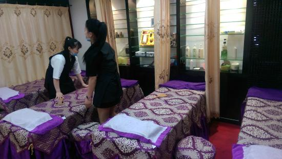 Beijing Road Shopping District : table de massage