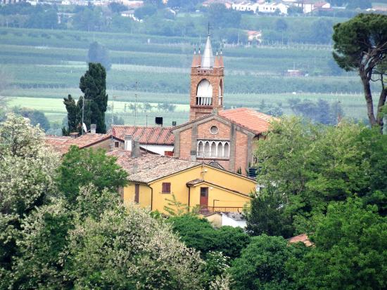Vista della chiesa di Oriolo dal ristorante