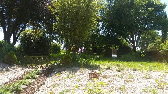 Mareuil-sur-Cher, Prancis: Vue sur le jardin depuis la salle à manger