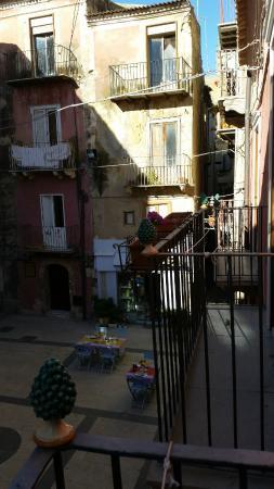 Antica Dimora San Girolamo : piazzetta with breakfast setup