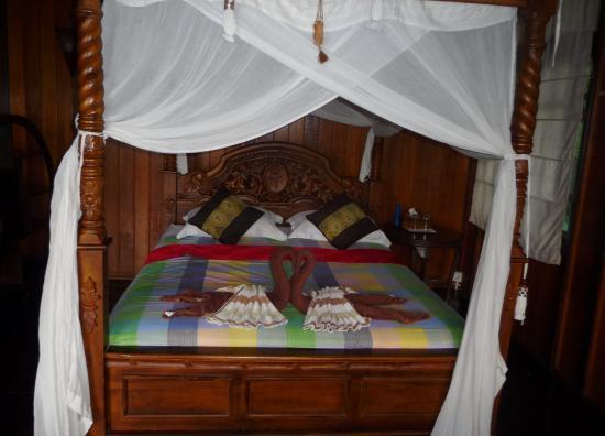 chambre décorée - Picture of Bunaken Island Resort, Bunaken Island ...