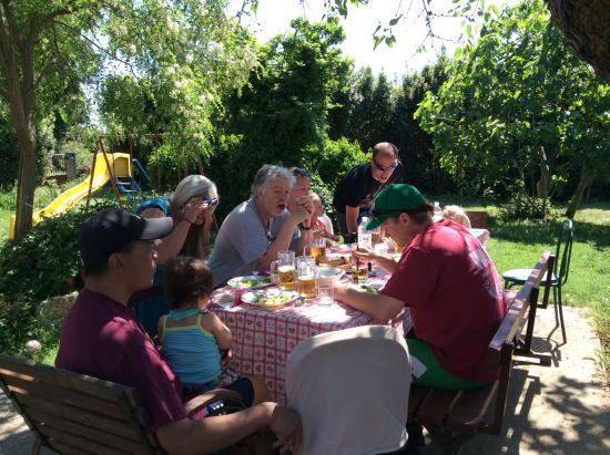 Banjole, Hırvatistan: Family style lunch in the garden.
