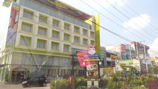 MaxOneHotels @ Vivo Palembang: Hotel seen from the road