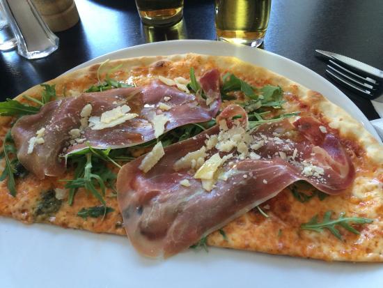Peoples Restaurant: Surdegspizza med Parma. Mycket god!