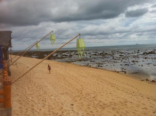Lanta New Beach Bungalows: Voici la plage enfin plutôt la plage de cailloux