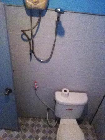 Lanta New Beach Bungalows: La salle de bain et toilette dans le bungalow