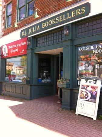 RJ Julia Booksellers : Street side