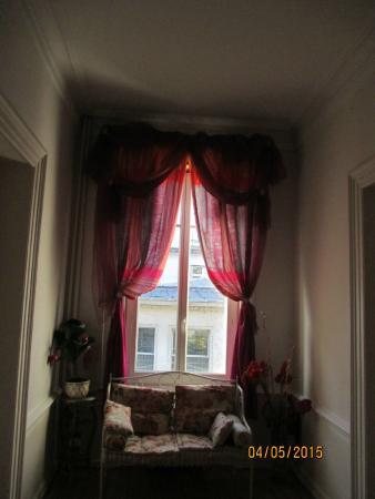 La Villa De La Paix : rideau dans le hall étonnat trop de chiffons
