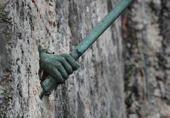 Castillo De Los Tres Reyes Del Morro : hand holding latern