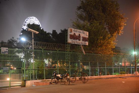 Kalindi Kunj: Entrance