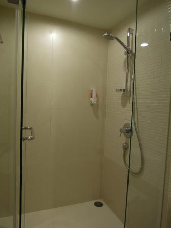 Urban House: Studio - impeccably clean and hot shower