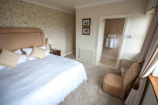Brook Manor Lodge: spacious bedroom