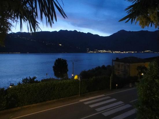 Villa Edera: Aussicht auf Limone abends von der Terrasse oben im Hotel