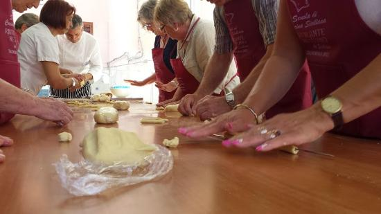 Cooking Class al Ristorante Nettuno da Siciliano: while you prepare the fresh pasta