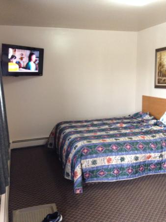 Lakehead Motel : Front bedroom with flat screen tv