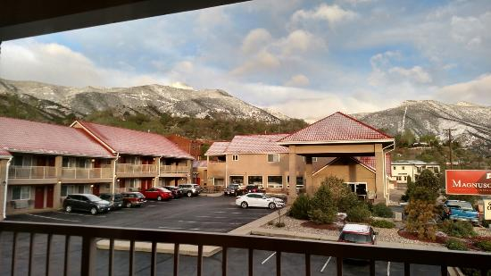 Magnuson Hotel Manitou Springs: Morning view from room 201