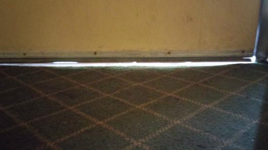Midtown Inn and Suites : gap under main door