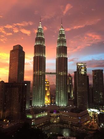 Traders Hotel, Kuala Lumpur: Stunning sunset over the Petronas Towers
