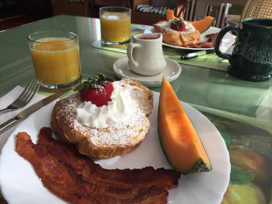Inn on Crescent Lake : Breakfast made by Beverly