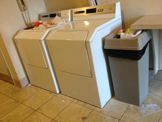 Staybridge Suites Sacramento Natomas: Laundry Room Trash